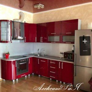 Яркая красная кухня
