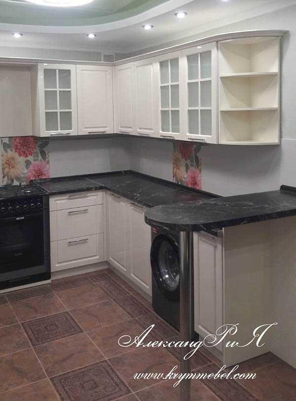 Кухня белая с чёрной столешницей