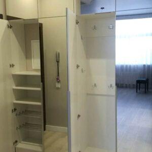 Прихожая с зеркалами от пола до потолка