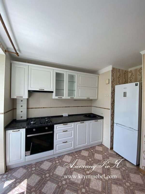 Белая глянцевая кухня с крашеными фасадами