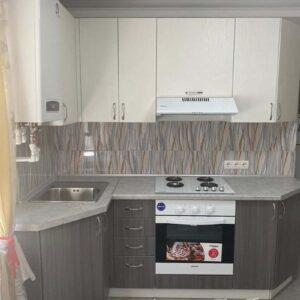 Кухня МФД пленочный в бело-сером цвете со структурой под дерево