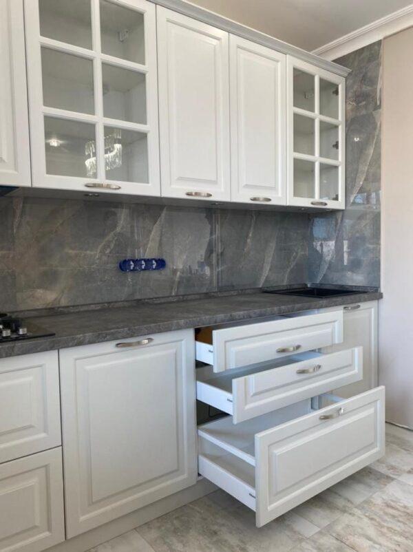 Кухня в бело-сером цвете с крашеными матовыми фасадами