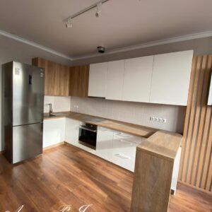 Белая кухня в сочетании с деревом