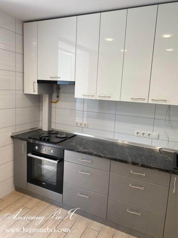 Кухня в бело-сером цвете металлик
